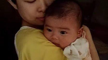 【两个月大】8-9妈妈给宝宝拍嗝,大眼睛看着你