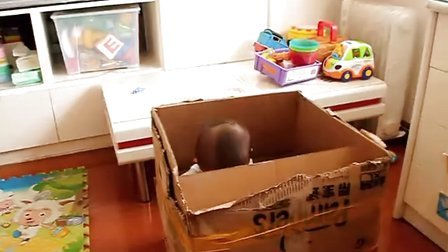 【13个月大】7-1哈哈坐在小纸箱里面玩螺丝刀MVI_2522