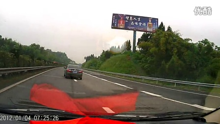高速公路上货车突然掉了一个轮子滚到路中。2分15秒。