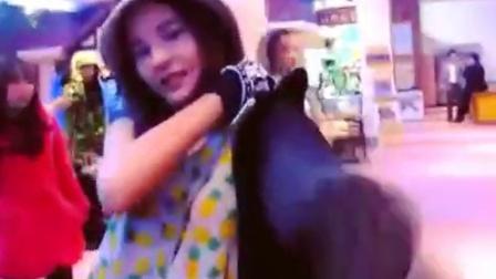 AoMike 20140526韩国行之Mike帮Aom披外套