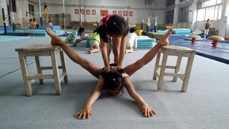 被动压腿 撕腿痛苦吗 体操女孩劈叉训练