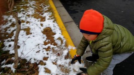 【6岁半】1-26哈哈跟奶奶一起堆雪人,滚雪球玩耍VID_171304