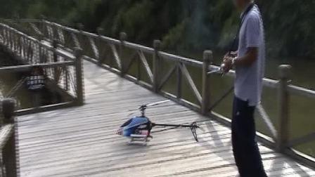 遥控油动直升机在水面上作3D飞行