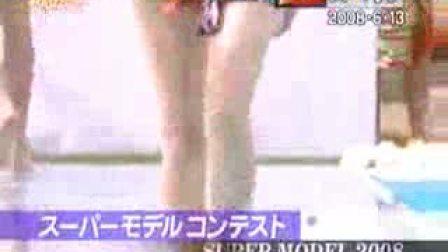 最尴尬-T台模特摔入水中