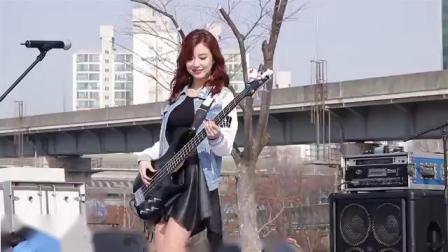 女神雅妍乐队的美女贝斯手,热舞很有看点