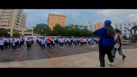 千名学生学跳时尚舞蹈《卡路里》爆红网络(乐清育英学校)