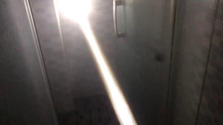 弥漫水雾的浴室里的W3白激光手电筒