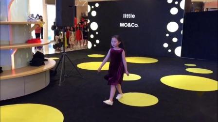 邬佳悦担任品牌儿童时装发布任 务