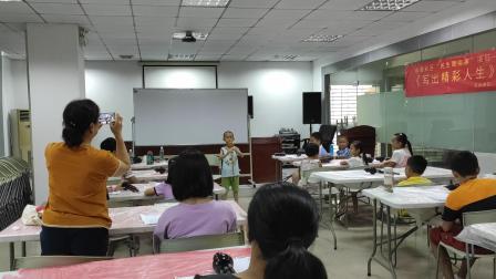 葫芦丝课堂上为小伙伴们示范演奏《月光下的凤尾竹》2019年暑假深圳麻勘社区