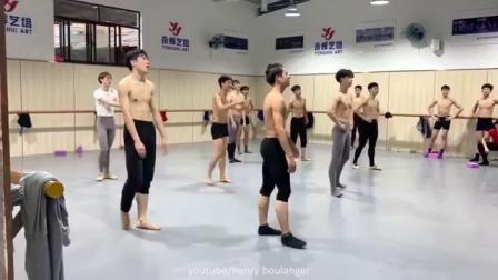 芭蕾舞学校男生惊人的柔韧性训练