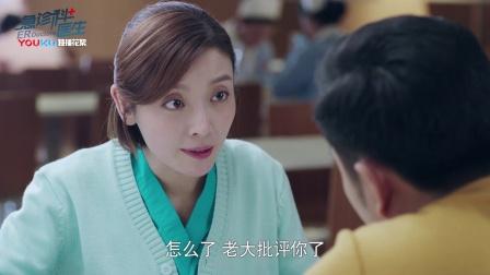 江晓琪在医院食堂内 为同事讲解案例