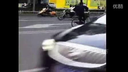 【拍客】马路上一骑自行车男的危险动作