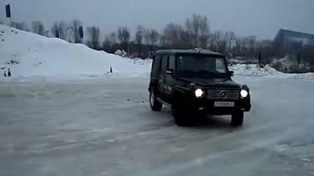 梅赛德斯奔驰G级越野车冰面疯狂旋转