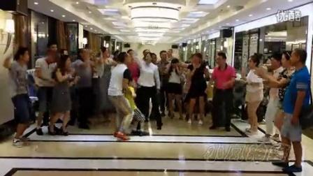 酒店吃饭放世界杯音乐引发全体球迷食客热舞桑巴