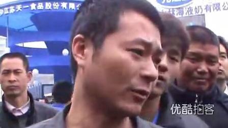 """【拍客】香港90后美少女献酥胸给酒做""""枕头""""引围观"""