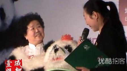 【拍客】地球一小时:六旬大妈扮熊猫宣传环保