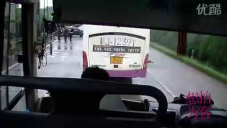 【拍客】实拍京珠高速公路途中连遇几起车祸现场
