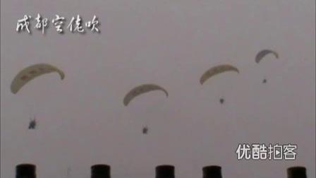 """【拍客】遥控载人飞艇""""飞艇""""雾中穿越"""