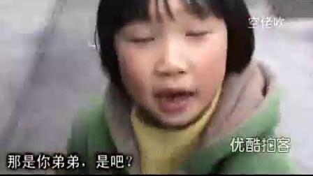 【拍客】映秀6岁女孩替母卖花背后