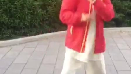 杨氏太极拳第五代传人吕北平演示的开胯功,身轻如燕,潇洒自如,让人难以相信这是一个六十多岁的人能够完成的动作。