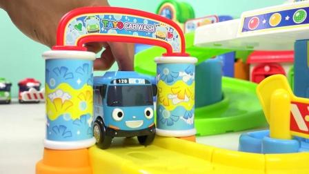 彩色的小巴士很爱和小企鹅一起玩耍