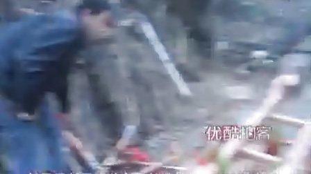 """【拍客】河北农民十年复原古代""""独轮兵器车""""内含108件冷兵器"""