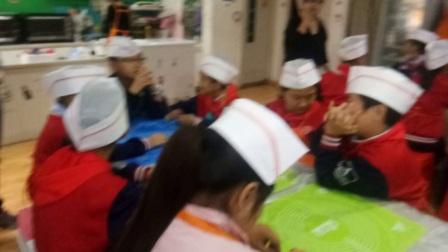 临汾解放路小学四四班苏景贤等同学们在甜蜜蜜烘焙蛋糕房做月饼_20171003