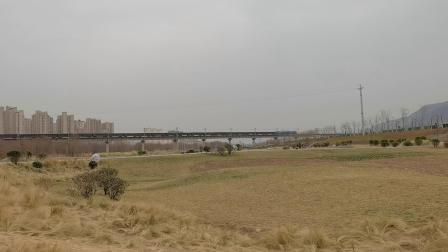 20210116_130109 西康铁路 西局安段HXD1-1530牵引货列下行通过灞桥湿地公园