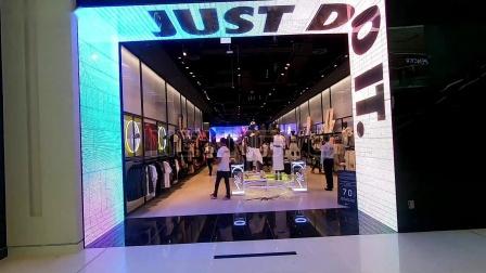 LED光电玻璃又一次亮相全球最大的购物中心——迪拜购物中心!晶泓透明屏助力NIKE打造顶级亮点名片,提升商场趣味性,丰富购物体验!