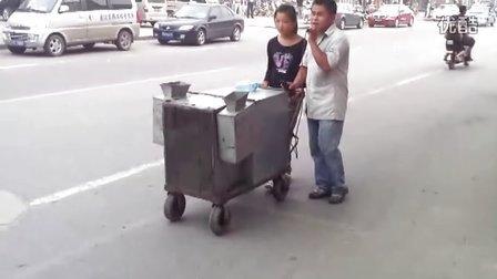 最牛的街头艺人 看看人家怎么唱歌