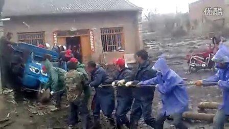 [手机拍客]5.10岷县特大洪灾---闾井青年志愿者在行动!