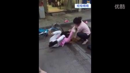 """【哇哈哦哦】实拍两女子街头撕衣暴打""""非主流""""女孩"""