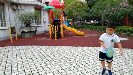 【6岁】10-12哈哈跟爷爷在小广场丢飞盘,玩飞盘VID_170058