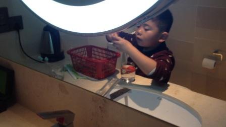 【6岁半】12-26哈哈自己洗草莓,干活很认真仔细IMG_9405