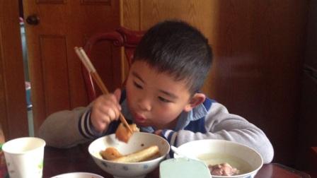 【6岁半】1-15哈哈在婆婆家吃春卷,香蕉豆沙和白菜肉丝味道IMG_9415
