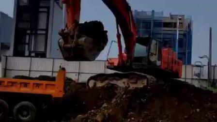 日立ZX450LC-3挖掘机在裝载卡车