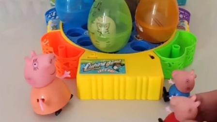 小猪佩奇乔治发现玩具蛋,把玩具蛋拆掉,被猪妈妈发现