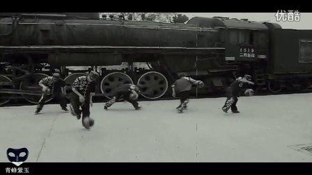火车站值班员化妆成青蜂侠穿越回1966年