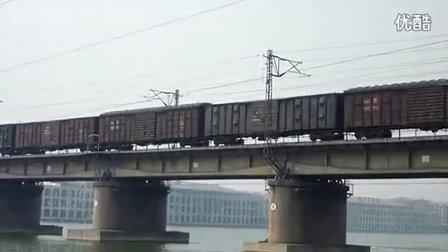 和谐D3牵引某混编货列通过七里河