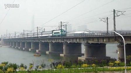 韶山8机车牵引T190(南宁-北京西)通过邢台七里河