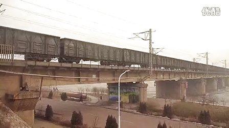 和谐D2B电力机车牵引全敞货列通过七里河