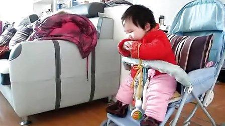 八个月 玩小宝姐姐的玩具