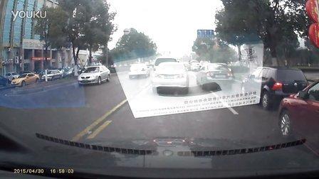 警车越黄线逆向行驶