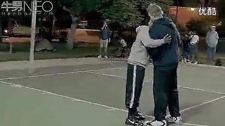 凯里欧文再次假扮老头震撼街头篮球