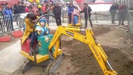 济宁微装 儿童挖掘机 游乐吊车 最受欢迎的游乐项目