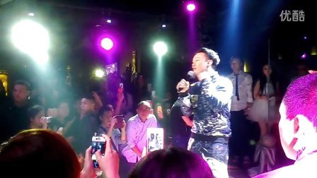 陈奕迅再次神秘现身成都兰桂坊,Amitha酒吧上演经典《爱情转移》
