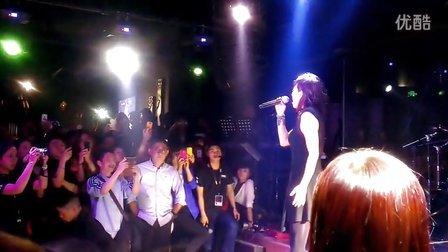 林忆莲在成都兰桂坊Amitha酒吧,新专辑《盖亚》新歌送给歌迷