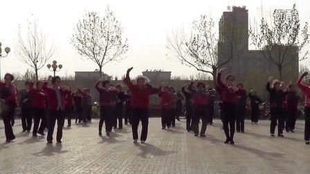 市府广场金色夕阳舞队广场舞梦在新疆附背面(2)