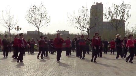 市府广场金色夕阳舞队广场舞梦在新疆附背面(1)
