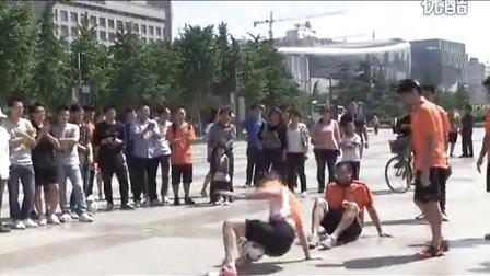 鲁能花式足球队走进泉城广场